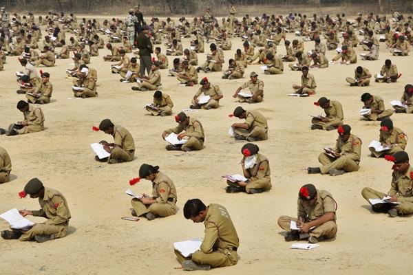 Ngày 5/2/2012, hơn 2.000 sinh viên của một trường cảnh sát tại thành phố Allahabad (Ấn Độ) ngồi bệt trên nền đất để làm bài thi.(Ảnh Internet)