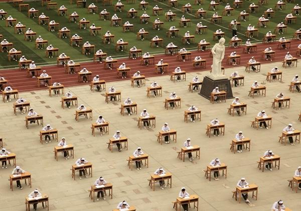 Ngày 2/5/2015, hàng nghìn sinh viên của trường Trung cấp Y ở thành phố Bảo Kê (Thiểm Tây, Trung Quốc) cũng thực hiện thi tốt nghiệp trên sân trường rộng hơn 600m2.(Ảnh Internet)
