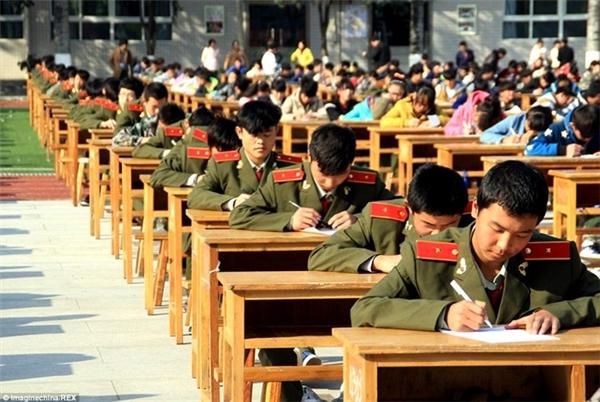 Tháng 11/2014, với sự giám sát của 80 giám thị được trang bị ống nhòm cùng hệ thống camera HD, sinh viên mộttrường Cao đẳng ởThiểm Tây(Trung Quốc) đã hoàn thành bài thi cuối kì ngay giữa sân trường.(Ảnh Internet)