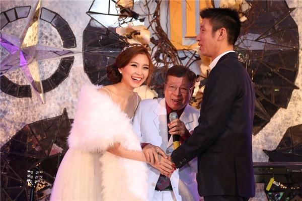 Ông nội cô dâu lên chúc mừng hạnh phúc đôi trẻ - Tin sao Viet - Tin tuc sao Viet - Scandal sao Viet - Tin tuc cua Sao - Tin cua Sao