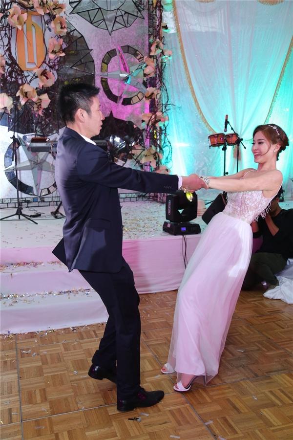 Diễm Trang cùng ông xã tặng khán giả bài nhảy trên nền nhạc nhẹ nhàng, du dương. - Tin sao Viet - Tin tuc sao Viet - Scandal sao Viet - Tin tuc cua Sao - Tin cua Sao