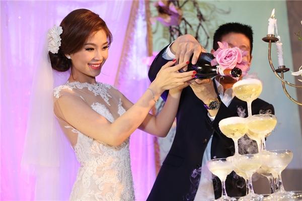 Hai vợ chồng cùng nhau rót rượu - Tin sao Viet - Tin tuc sao Viet - Scandal sao Viet - Tin tuc cua Sao - Tin cua Sao