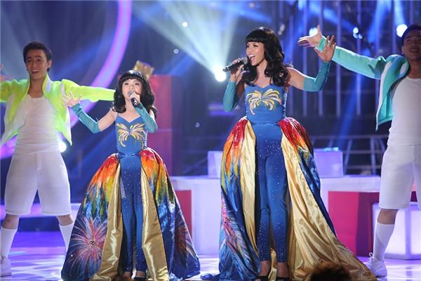 Hai cô cháu phải mặc một chiếc váy dạ hội vô cùng rực rỡ và sân khấu được trang hoàng bởi những cụm pháo bông đẹp mắt. - Tin sao Viet - Tin tuc sao Viet - Scandal sao Viet - Tin tuc cua Sao - Tin cua Sao