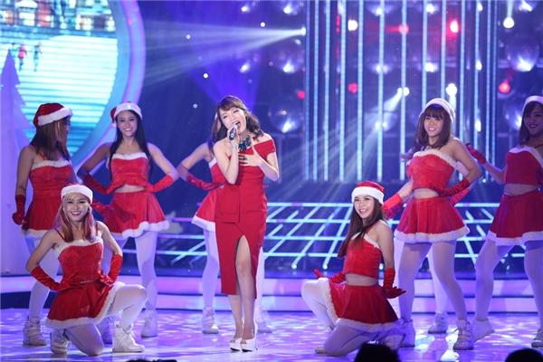 Nhật Thủy biểu diễn tiết mục mang đậm màu sắc Giáng sinh:Santa Claus Is Coming To Town - Feliz Navidad - Tin sao Viet - Tin tuc sao Viet - Scandal sao Viet - Tin tuc cua Sao - Tin cua Sao