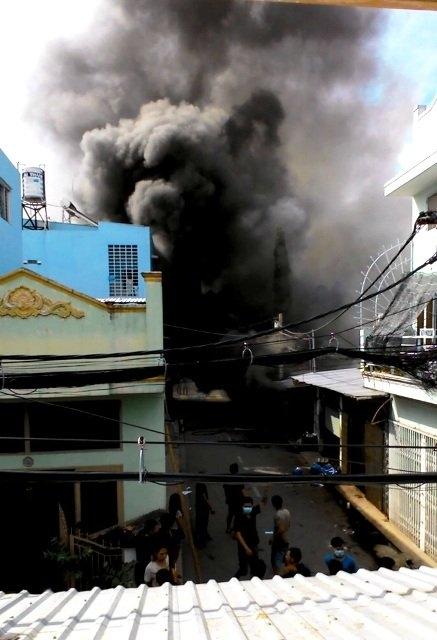 Ngọn lửa bùng phát từ cơ sở cơ khí gia công phụ tùng xe máy, sau đó cháy lan sang cửa hàng vật liệu xây dựng.