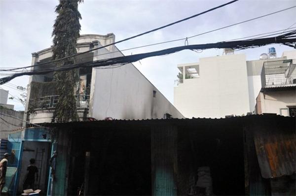 Hai căn nhà kế bên cũng bị ảnh hưởng.