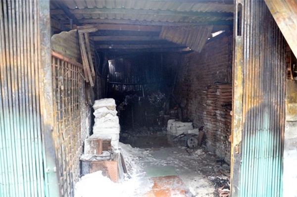 Cửa hàng vật liệu xây dựng cũng bị cháy rụi.