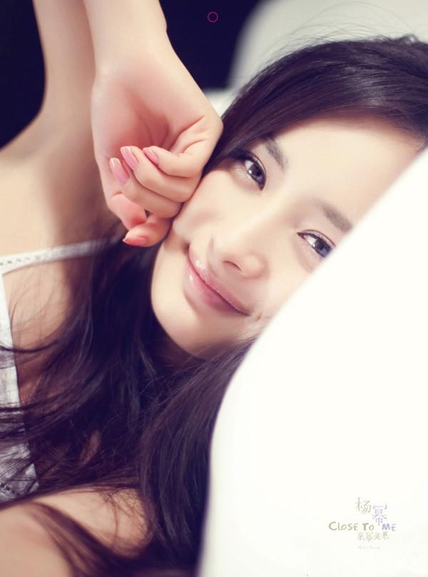Hiệntại dường như Dương Mịch ngày càng trẻ đẹp hơn, thậm chí khi tham gia bộ phim Cổ Kiếm Kỳ Đàm, Dương Mịch còn trẻ hơn Trịnh Sảng nhỏ hơn mình 4 tuổi