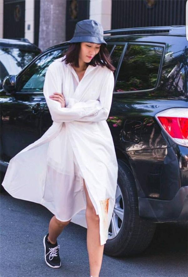 Trang Khiếu tạo nên thương hiệu cá nhân bằng gu thời trang cá tính, khác biệt. Chân dài trông vừa thanh lịch, vừa bụi bặm với váy trắng kết hợp giày thể thao cùng mũ tai bèo.