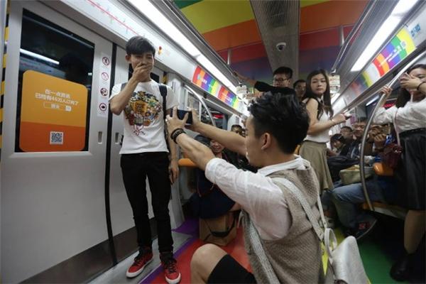 """Cặp đôi đồng tínhnày """"gây sốt""""trêntàu điện Bắc Kinh bằng màn cầu hôn cực đáng yêu.(Ảnh: Internet)"""