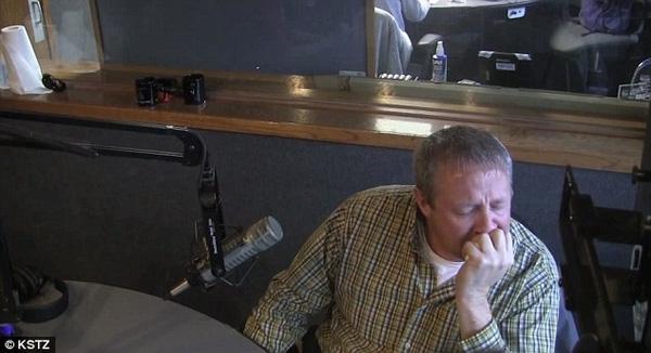 Anh David Shmitz không giấu nổi sự xúc động khi nghe lá thư của vợ.