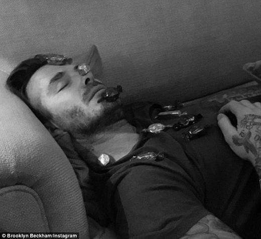 """Ông bố """"khốn khổ"""" của 4 đứa con mệt lả sau bữa tiệc Giáng sinh và đành ngả lưng nghỉ ngơi. (Ảnh: Brooklyn Beckham/Instagram)"""