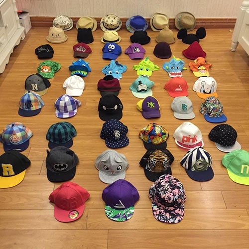 Một góc của tủ đồ chứa hàng chục chiếc mũ thời trang.