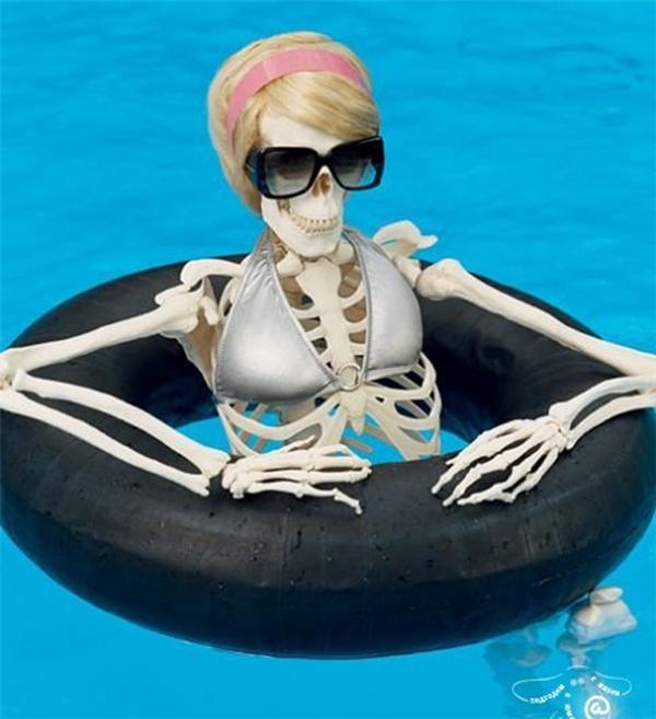 """Đi bơi thôi mà cũng bị """"soi"""" nữa."""