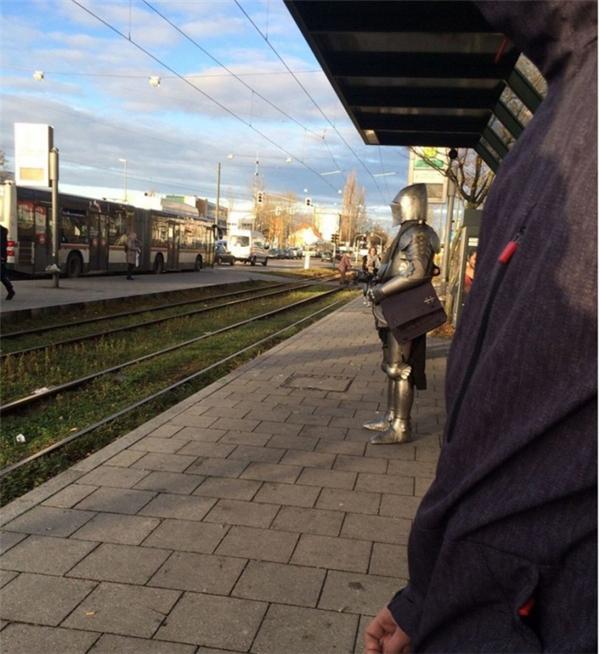 Đang chờ chuyến tàu đi về quá khứ.