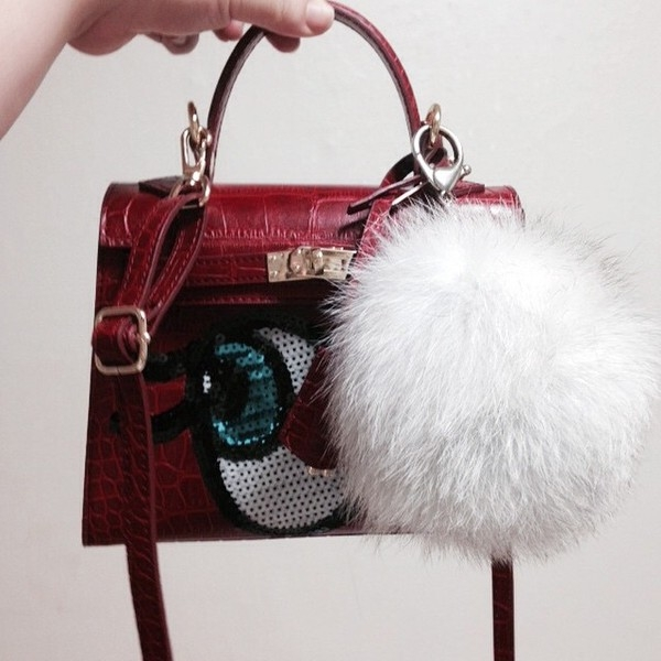 Những ngày đầu năm 2015, các cô gái bắt đầu rộn ràng với chiếc túi xách nhỏ xinh được lấy kiểu dáng từ thiết kế kinh điển của thương hiệu hàng đầu thế giới Hermes. Dòng túi này mang tên Shy Girl và do một công tyHàn Quốc sản xuất. Dĩ nhiên, mức giá của chúng luôn phù hợp ở mức thu nhập bình dân.