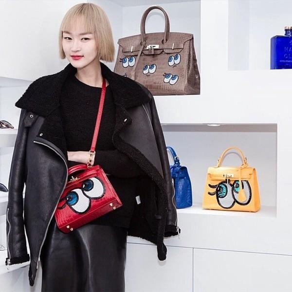 Với chiếc túi Shy Girl, các cô gái đã tạo nên một trào lưu mới trong phong cách thời trang đường phố. Những sắc màu đa dạng cùng họa tiết đôi mắt mấp máy mang đến những dư vị hoàn toàn mới mẻ.