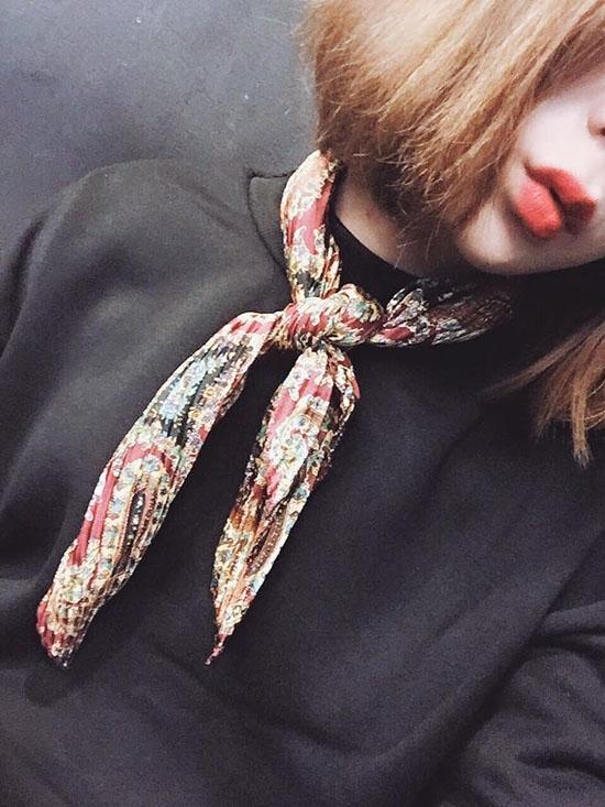 Đây được xem là món phụ kiện tiêu biểu trong mùa thời trang Thu - Đông. Thiết kế nhỏ gọn cùng những hoa văn bắt mắt sẽ giúp những trang phục đơn sắc trở nên thu hút, nổi bật.