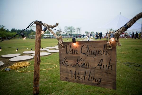 Tiệc cưới được diễn ra ở khu vực ngoài trời rộng lớn của một khu nghỉ dưỡng. - Tin sao Viet - Tin tuc sao Viet - Scandal sao Viet - Tin tuc cua Sao - Tin cua Sao