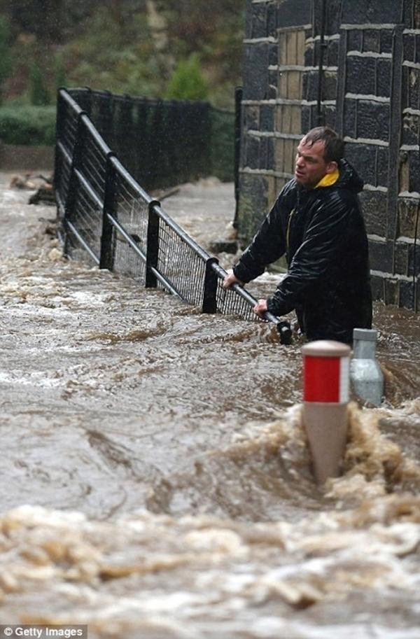 7h sáng hôm xảy ra lũ, còi báo động thiên tai đã hú lên ở thị trấn West Yorksire, Mytholmroyd sau khi sông Calder vỡ đê khiến người dân chìm vào ác mộng kinh hoàng.(Ảnh: Internet)