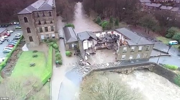 Một quán bar 200 tuổi nằm bên cây cầu bắc qua sông Irwell ở Summerseat (Greater Manchester) đã bị nước phá hủy.(Ảnh: Internet)
