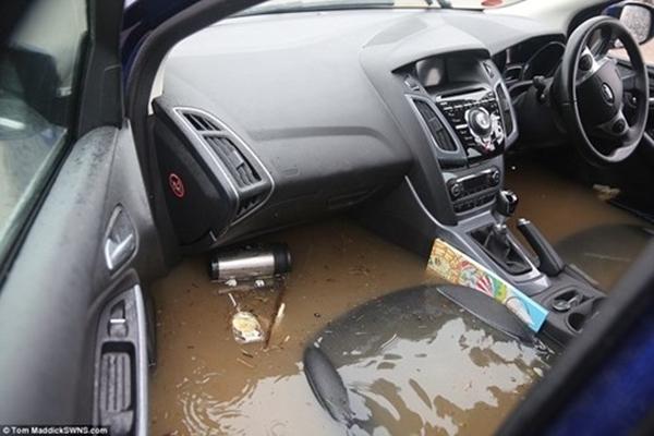 Rất nhiều phương tiện giao thông bị chìm trong biển nước. (Ảnh: Internet)