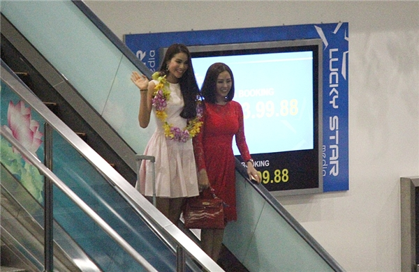 Phạm Hương được người chị thân thiết - hoa hậu Thu Hoài ra tận sân bay chào đón. - Tin sao Viet - Tin tuc sao Viet - Scandal sao Viet - Tin tuc cua Sao - Tin cua Sao