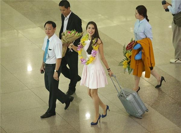 Hoa hậu Hoàn vũ Việt Nam diện bộ váy hồng xinh xắn trong ngày trở về. - Tin sao Viet - Tin tuc sao Viet - Scandal sao Viet - Tin tuc cua Sao - Tin cua Sao