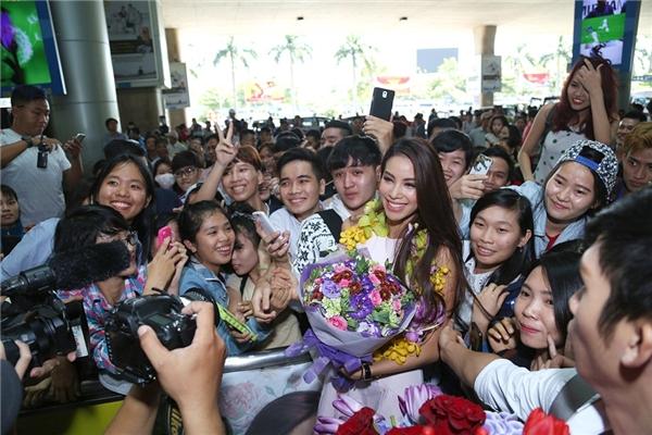 Sân bay quốc tế Tân Sơn Nhất đã tắc nghẽn bởi sự xuất hiện của Phạm Hương. - Tin sao Viet - Tin tuc sao Viet - Scandal sao Viet - Tin tuc cua Sao - Tin cua Sao
