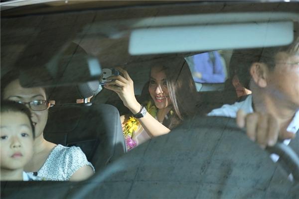 """Người đẹp """"tự sướng"""" trên xe ô tô trước lúc ra về. - Tin sao Viet - Tin tuc sao Viet - Scandal sao Viet - Tin tuc cua Sao - Tin cua Sao"""