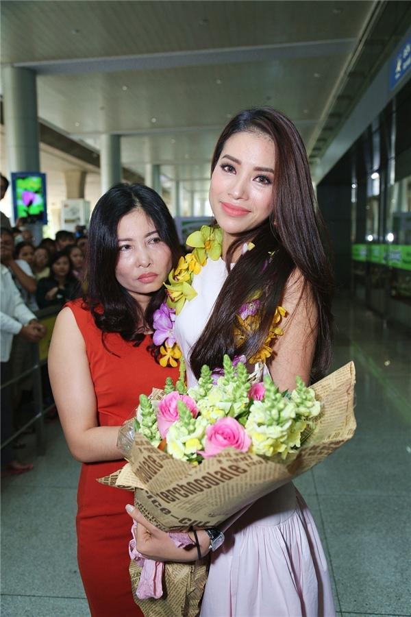 Ánh mắt đỏ hoe và nụ cười hạnh phúc khi gặp lại gia đình, bạn bè của Hoa hậu Hoàn vũ Việt Nam 2015. - Tin sao Viet - Tin tuc sao Viet - Scandal sao Viet - Tin tuc cua Sao - Tin cua Sao