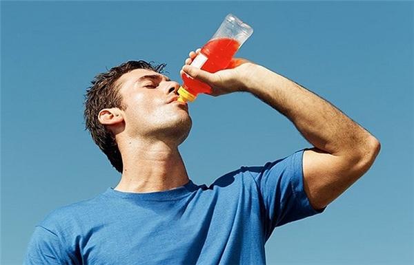 Chỉ nên uống nước tăng lực khi thật sự cần. (Ảnh: Internet)