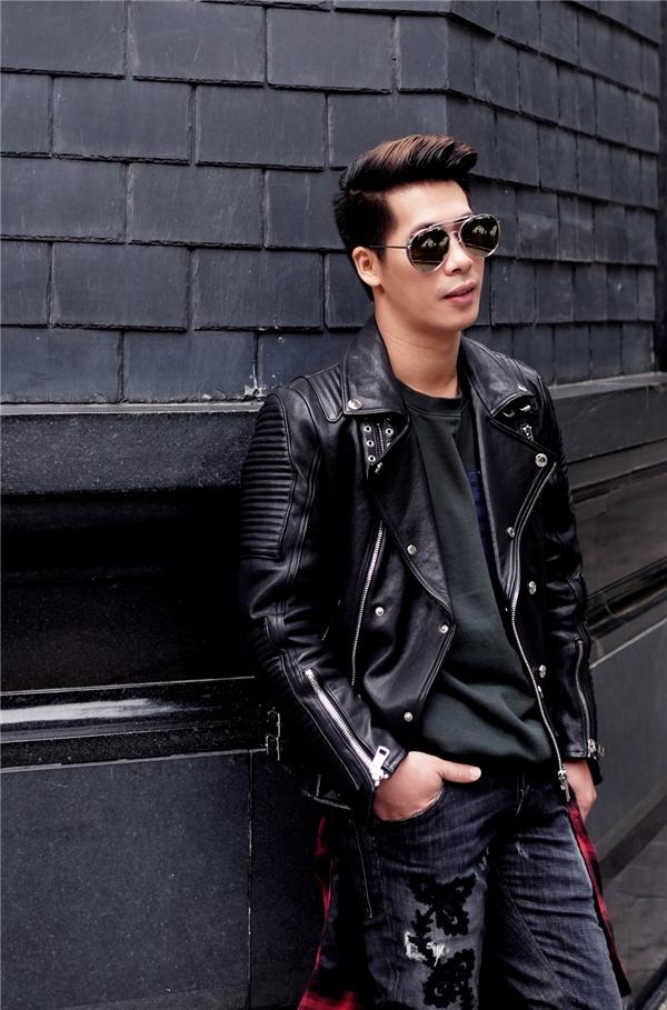 """Phía bên trong của bộ trang phục chính là sự kết hợp giữa áo phông đen đơn giản cùng quần jeans rách kinh điển. Hai """"nguyên liệu"""" này chắc chắn sẽ không quá khó tìm với các chàng trai."""