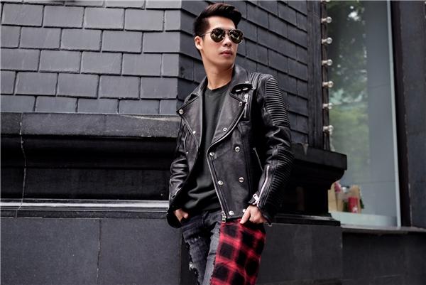 Tổng thể mang đậm âm hưởng của mùa thời trang Thu - Đông thông qua chiếc áo khoác da, với những chi tiết gấp nếp, đính kết đinh tán, kim loại cá tính.