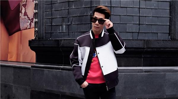 Bộ trang phục sử dụng 3 tông màu: đỏ, đen, trắng làm chủ đạo khá thu hút của Travis Nguyễn. Vẫn là áo phông họa tiết, quần jeans nhưng Travis lại chọn phối với áo khoác mang đậm tinh thần thể thao trẻ trung, năng động.