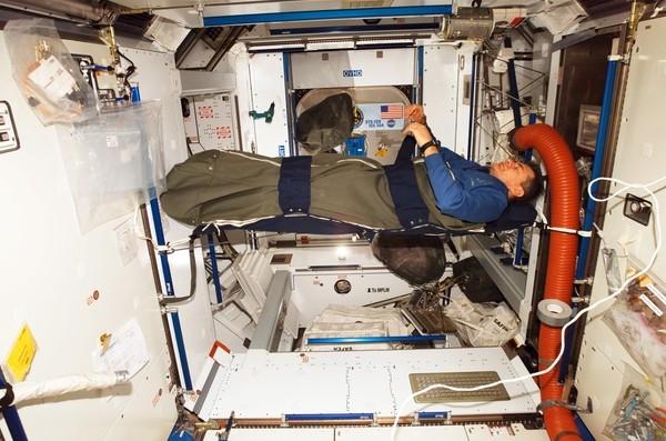 Khi đi trên tàu vũ trụ thì mọi người đừng mong có được một giấc ngủ ngon. Ảnh: Internet