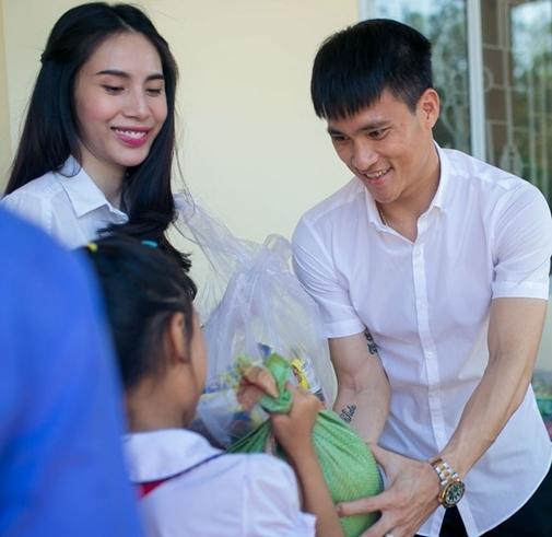 Hình ảnh giản dị thường thấycủa cặp đôi trong những chuyến từ thiện. - Tin sao Viet - Tin tuc sao Viet - Scandal sao Viet - Tin tuc cua Sao - Tin cua Sao