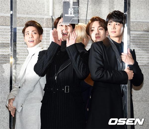 SHINee thích thú với camera 360 của chương trình. Nhóm dự kiến sẽ khép lại đêm diễn với ca khúc View được cộng đồng Kpop yêu thich trong thời gian qua.