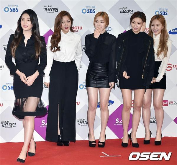Cũng theo phong cách đen – trắng quý phái nhưng trang phục có vẻ già dặn hơn so với lứa tuổi trẻ trung của Red Velvet.
