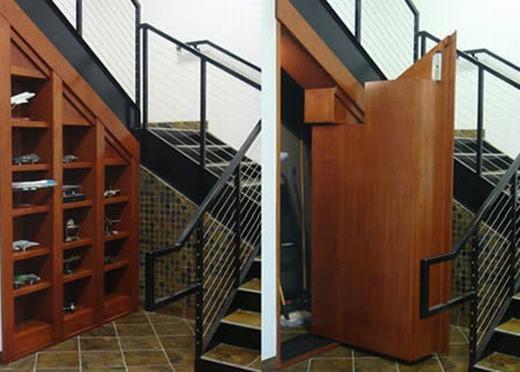 Nhà kho phía dưới cầu thang, cách tiết kiệm không gian được áp dụng nhiều nơi trên thế giới. (Ảnh: Oddee)