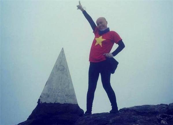 Chị Bùi Thu Thủy vui mừng khi chinh phục đỉnh núi cao nhất Việt Nam.