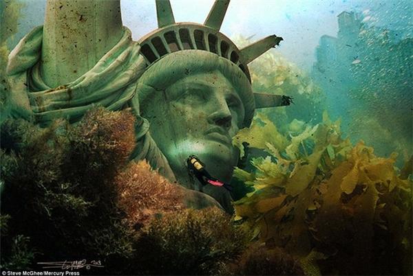 Phần đầu của bức tượng Nữ thần Tự Do ngập chìm trong nước.