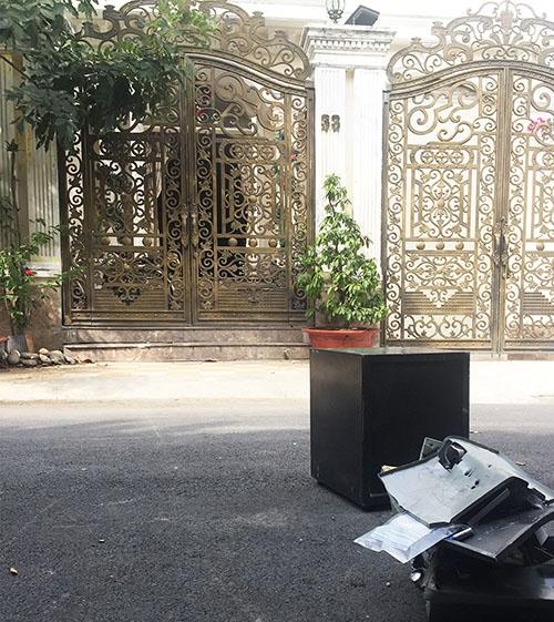 Két sắt bị trộm cậy tung nằm ngổn ngang trước cửa căn biệt biệt sang trọng. (Ảnh: Ngọc Thọ/ Thanh Niên) - Tin sao Viet - Tin tuc sao Viet - Scandal sao Viet - Tin tuc cua Sao - Tin cua Sao
