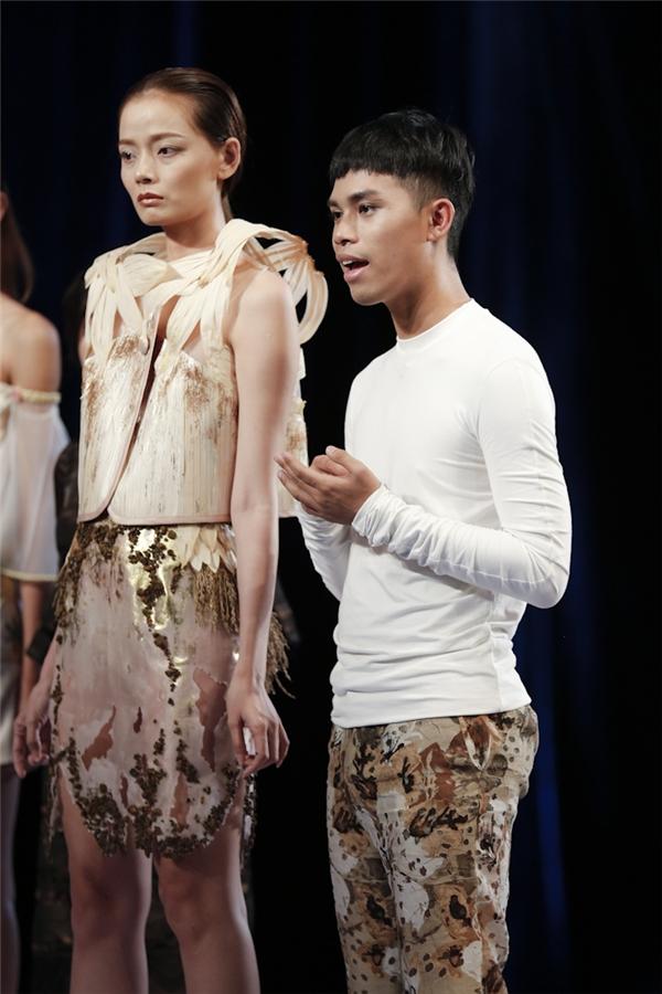 Bộ trang phục của Nguyễn Minh Giang Tú - chàng trai chiến thắng thử thách tuần trước tiếp tục là một thiết kế nằm trong top đầu. Tuy nhiên, bộ trang phục mà Giang Tú thực hiện lại bị nhận xét quá tham chất liệu.