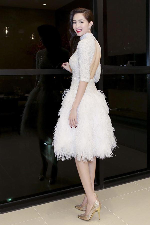 Trong khi đó, phần thân sau được cut-out khá táo bạo giúp tôn lên nét quyến rũ của Hoa hậu Việt Nam 2012.