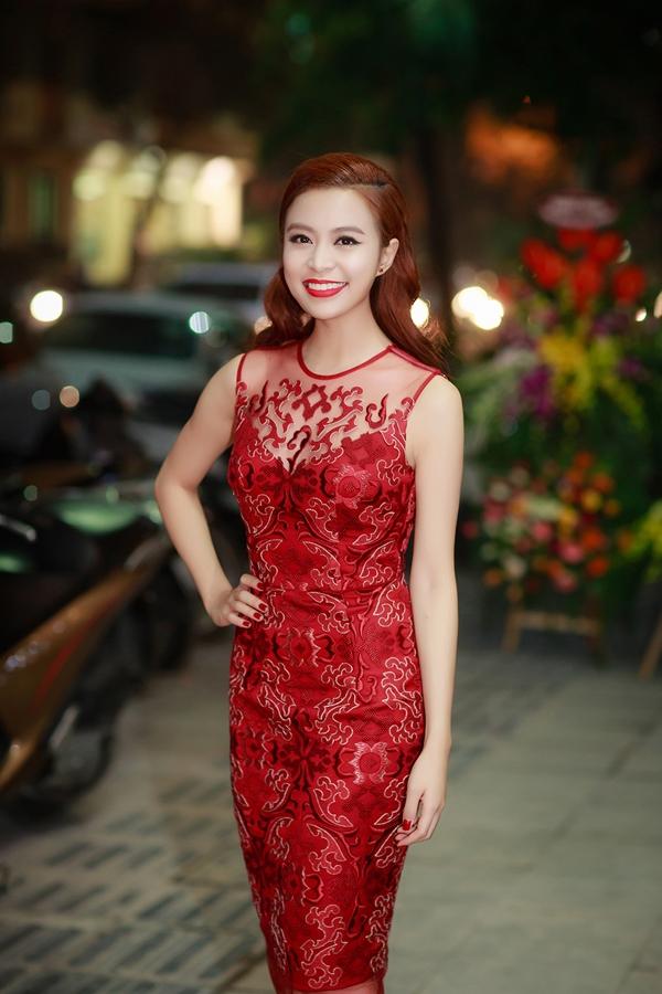 Hoàng Thùy Linh rộn ràng với sắc đỏ trong một đêm tiệc cuối năm. Đây cũng là tông màu được các mĩ nhân Việt khá ưa chuộng trong thời gian gần đây.