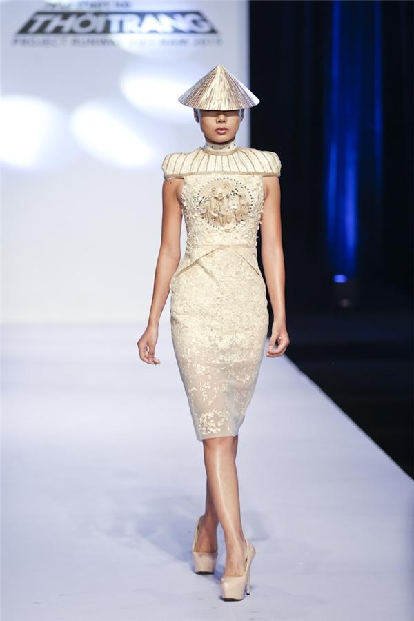 Tuấn Phương còn khéo léo kết hợp bộ váy độc đáo cùng nón lá.