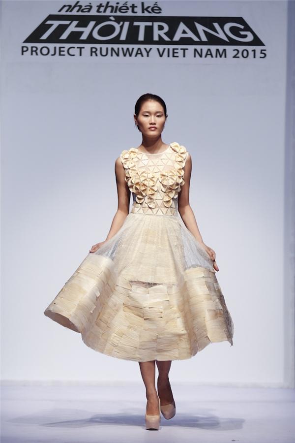 Bộ váy xòe kì công của Phan Quốc An nhận nhiều lời khen.