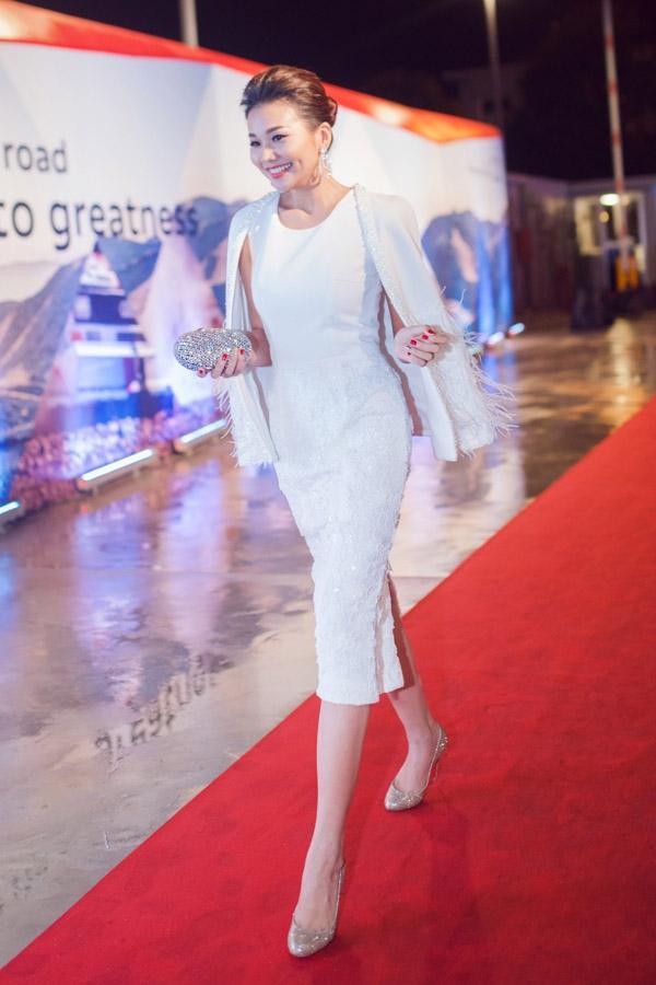 Trong một đêm tiệc tại Đà Nẵng, Thanh Hằng chọn sắc trắng để xuất hiện trên thảm đỏ. Thiết kế kết hợp giữa dáng váy bodycon ôm sát cùng áo khoác góp phần tôn lên nét thanh lịch, sang trọng của siêu mẫu đình đám.