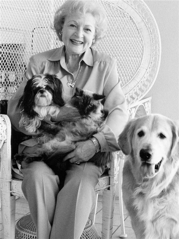 Chú chó Pontiac cùng một vài vật nuôi khác của bà Betty White. (Ảnh: Internet)